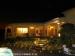 Onze villa is s'avonds sfeervol aangelicht. De villa, de tuin en het zwembad zijn 's avonds feeëriek aangelicht.