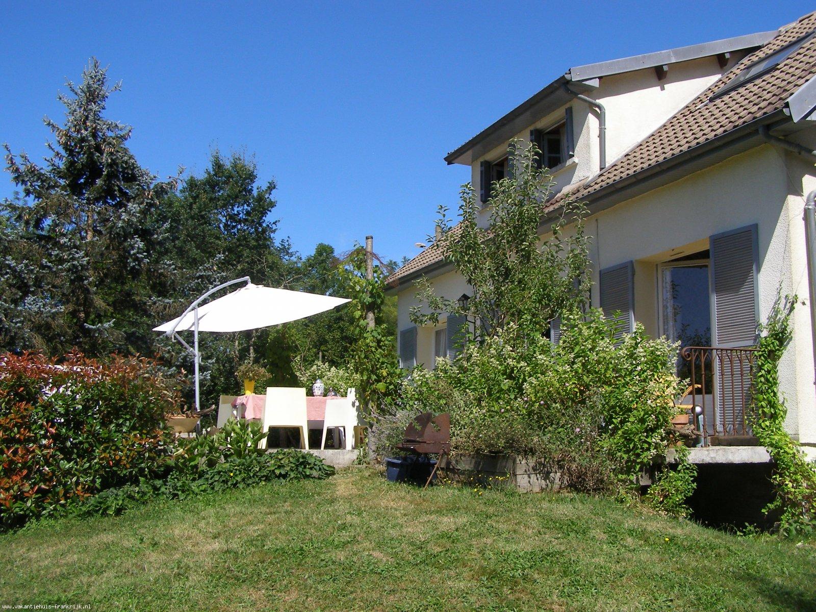 Vakantiehuis: Vrijstaand vakantiehuis,zuid-terras met prachtig uitzicht. Lekker ontspannen in natuurpark de Morvan, dichtbij groot zwemmeer.Voor 2 tot 7 personen, te huur voor uw vakantie in Nievre (Frankrijk)