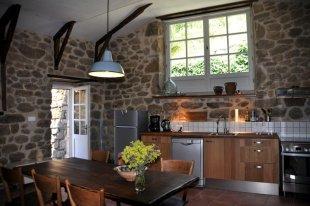 Keukengedeelte met eethoek en deur naar binnenplaats