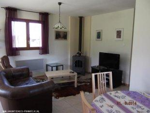 De woonkamer met houtkachel, tv etc.