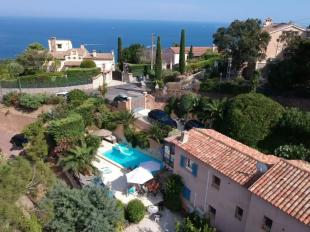 Vakantiehuis Cote d'Azur: vakantievilla,cote d azur,azurenkust,Le Trayas,cannes,klein zeezicht,10prs,prive verwarmd zwemk,sauna,spa,luxe,4slpk,3 badk,airco,rustig,1km v.strand