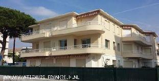 Vakantiehuis Cote d'Azur: Appartement op 1e etage in kleinschalig complex, direct aan zee, 80m2 inclusief twee slaapkamers, open keuken, groot balkon en garage.