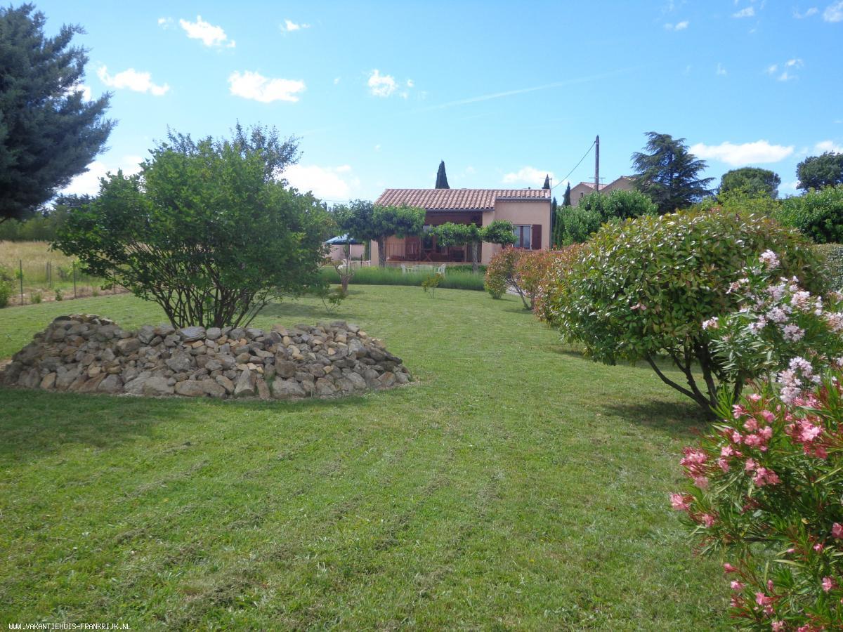 Vakantiehuis: Vakantiewoning met zwembad, vrij gelegen tussen wijnvelden, op loopafstand van het kleine authentieke dorpje Chauzon. te huur voor uw vakantie in Ardeche (Frankrijk)
