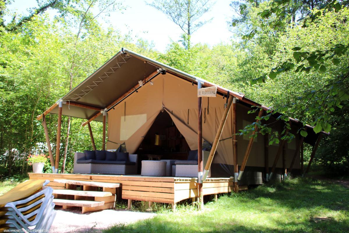 Vakantiehuis: Rustig gelegen aan een prachtig riviertje, 4 luxe safaritenten met sanitair, 2 vakantiehuizen, B&B, zwembad, gezellig terras en brasserie. te huur voor uw vakantie in Allier (Frankrijk)