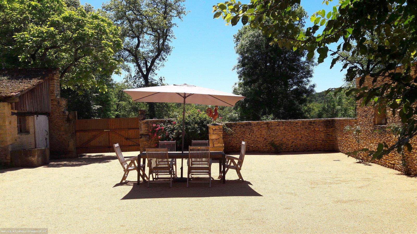 Vakantiehuis: Gezellig, ruim, vakantiehuis op landgoed nabij camping met verwarmd zwembad en vele faciliteiten. U kunt zowel met 2 als met 6 personen hier genieten te huur voor uw vakantie in Dordogne (Frankrijk)