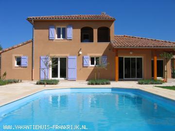 Vakantiehuis: Direct a.d. oever rivier Ardèche gelegen: vrijst.villa met verwarmd privé zwembad+grote tuin; 4 sl.k., 2 badk. Uitzicht op voorbijtrekkende kano's. te huur voor uw vakantie in Ardeche (Frankrijk)