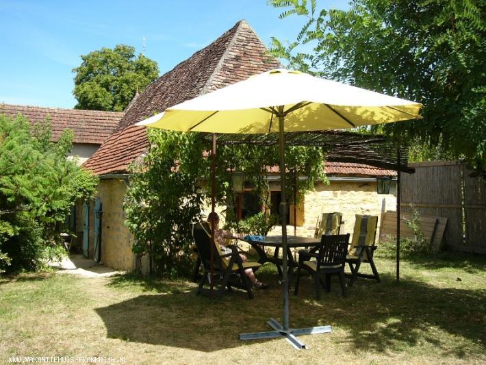 Vakantiehuis: 4-5 persoons gite met prachtig uitzicht gelegen in een grote tuin, privacy, rust en ruimte.Veel bezienswaardigheden, wandelen en fietsen vanuit huis te huur voor uw vakantie in Lot (Frankrijk)
