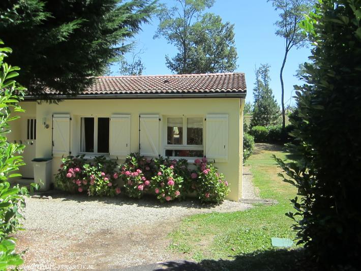 Vakantiehuis: Gezellig en kindvriendelijk vakantiehuis met volop privacy en een zeer ruime zonnige tuin op vakantiepark 'Village Le Chat'. te huur voor uw vakantie in Charente (Frankrijk)