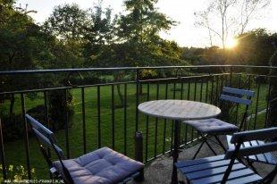 Heerlijk met een glaasje op het terras Zowel overdag als in de avond is het heerlijk toeven op het hooggelegen terras aansluitend aan uw keuken/woonkamer.