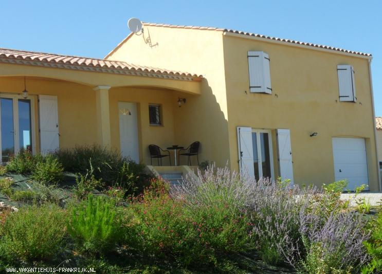 Vakantiehuis: Maison Tournesol: prachtig gelegen vakantie(t)huis midden in de wijngaarden met uniek uitzicht op middeleeuws dorp te huur voor uw vakantie in Aude (Frankrijk)