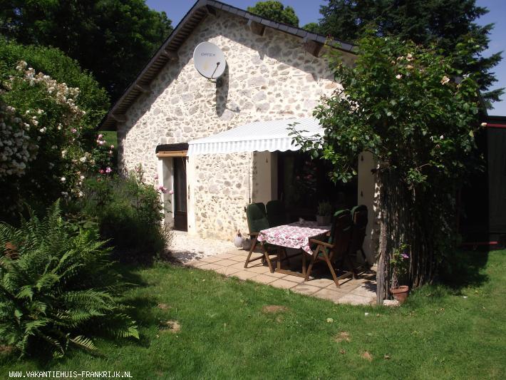 Vakantiehuis: Knusse en gezellige vier persoons gite. Is prachtig en rustig gelegen met een uitzicht over de vallei van de Vezere. te huur voor uw vakantie in Correze (Frankrijk)