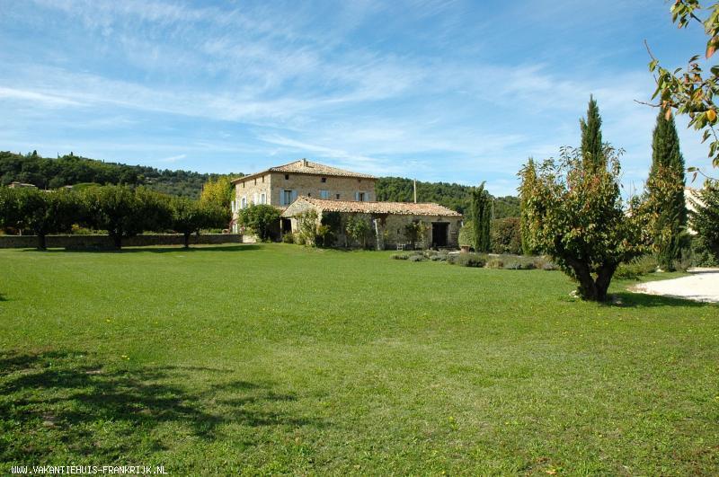 Vakantiehuis: Drie ruime vakantiewoningen met groot zwembad en prachtig uitzicht op de Mont Ventoux op 17e eeuws wijndomein in de Provence te huur voor uw vakantie in Vaucluse (Frankrijk)