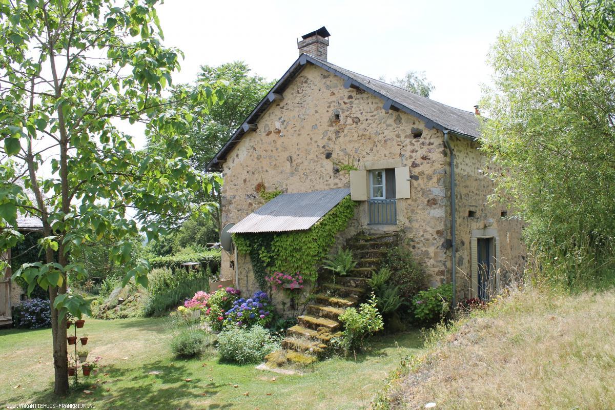 Vakantiehuis: Sfeervolle boerenhoeve verbouwd tot driesterren vakantiehuis met heerlijke grote tuin en mooi uitzicht in de Morvan te huur voor uw vakantie in Nievre (Frankrijk)