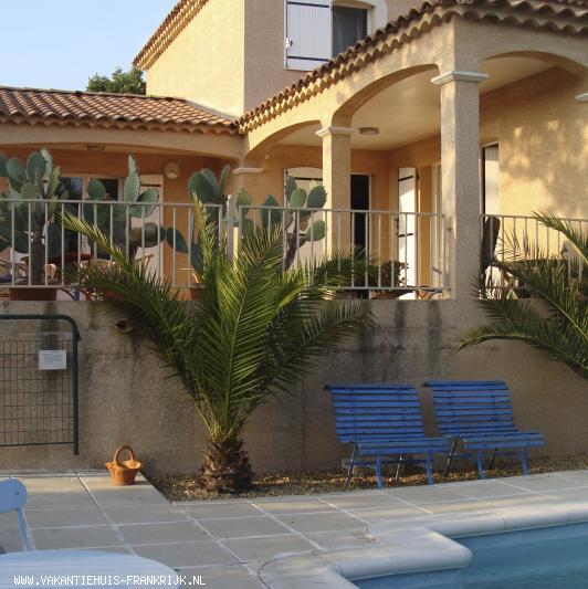 Vakantiehuis: Sfeervol, ruim VAKANTIEHUIS in Saint Martin D'Ardeche. Rondom ruime tuin en zwembad. 8 personen te huur voor uw vakantie in Ardeche (Frankrijk)