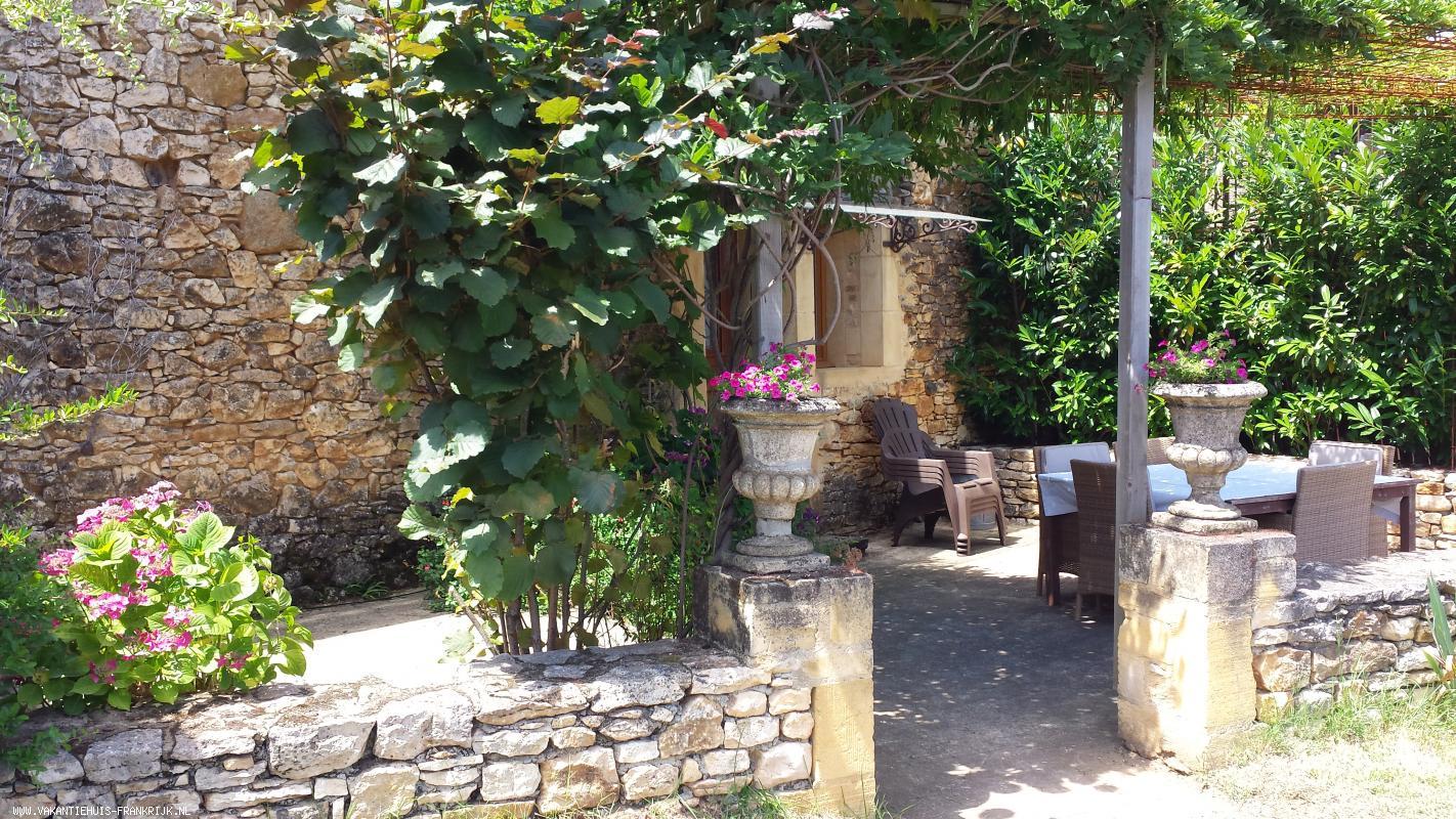 Vakantiehuis: Gerestaureerde oude boerderij,waarin 2 ruime gîtes,van alle moderne comfort voorzien met eigen terras,groot speelveld,privé zwembad(6x3,5m),trampoline te huur voor uw vakantie in Dordogne (Frankrijk)
