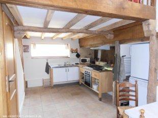 Open moderne keuken in de oude stal (Cathedrale) Keuken is voorzien van gasfornuis met oven, koelkast, vaatwasser, magnetron, waterkoker, wasmachine.