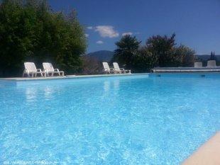 Het zwembad met daarachter de Mont Ventoux Het zwembad is 7x12 plus 3x3 m.