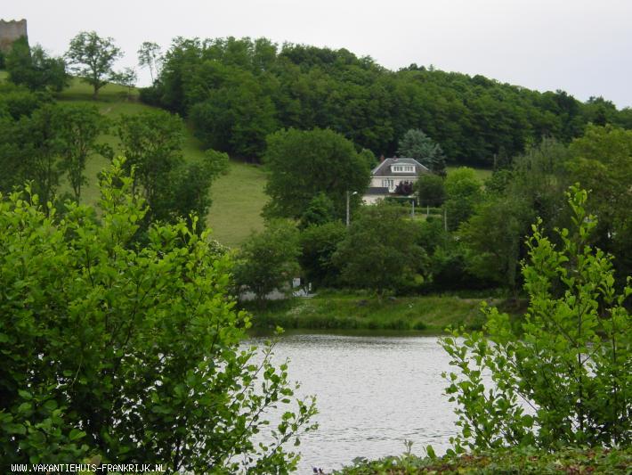 Vakantiehuis: Het volledig uitgeruste appartement met parkachtige tuin en zwembad is gelegen in de heuvels van de Bourgogne en biedt maximale privacy te huur voor uw vakantie in Saone et Loire (Frankrijk)