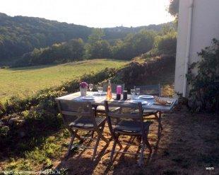 Landelijk gelegen en in de verte Chateau-Chinon.