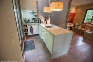 Open keuken Voorzien van vaatwasser en 5 pits gasfornuis