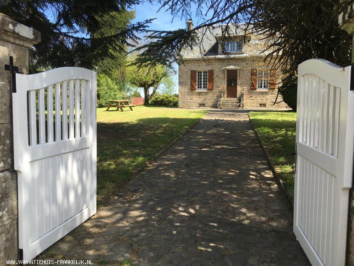 Vakantiehuis: De villa is gelegen in een pittoresk dorpje met uitzicht over het dal met de rivier de Doustre. Een paradijs voor liefhebbers van natuur en rust. te huur voor uw vakantie in Correze (Frankrijk)