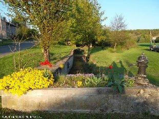 Parkje, grasveld en beekje, voorkant huis