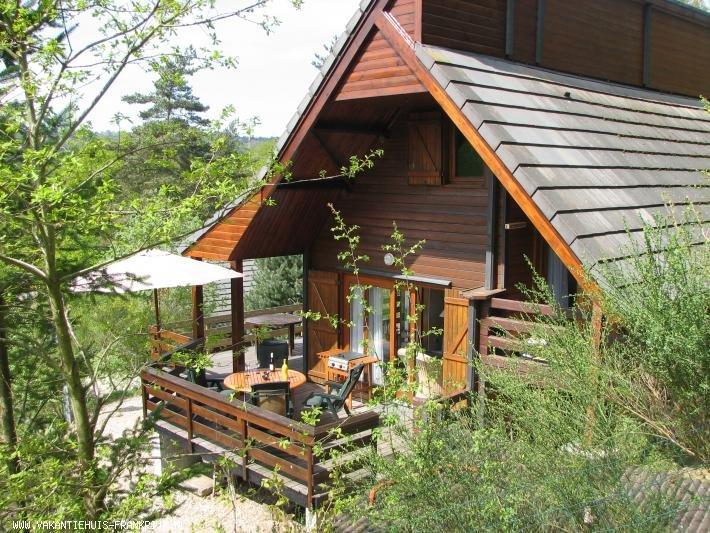 Vakantiehuis: Genieten van rust en natuur in Vakantiewoning Auvergne op 400m afstand van recreatiemeer te huur voor uw vakantie in Cantal (Frankrijk)