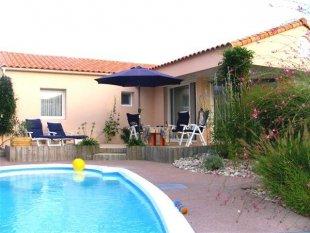 Huis en terras met zwembad <br>Sinds sept 2017 hebben we een zonnescherm, zie foto 2!