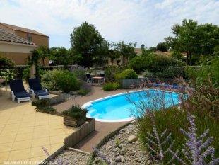 zwwembad en tuin <br>Veel privacy rondom ons verlaagde zwembad in een mooie tuin.