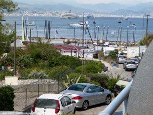 gezicht op NIce vanaf het terras De zeilclub, waarbij een zeilboot gehuurd kan worden