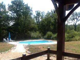 <br>Het zwembad vanaf het terras.