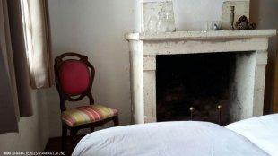 Toren grote slaapkamer met met zandstenen schouw