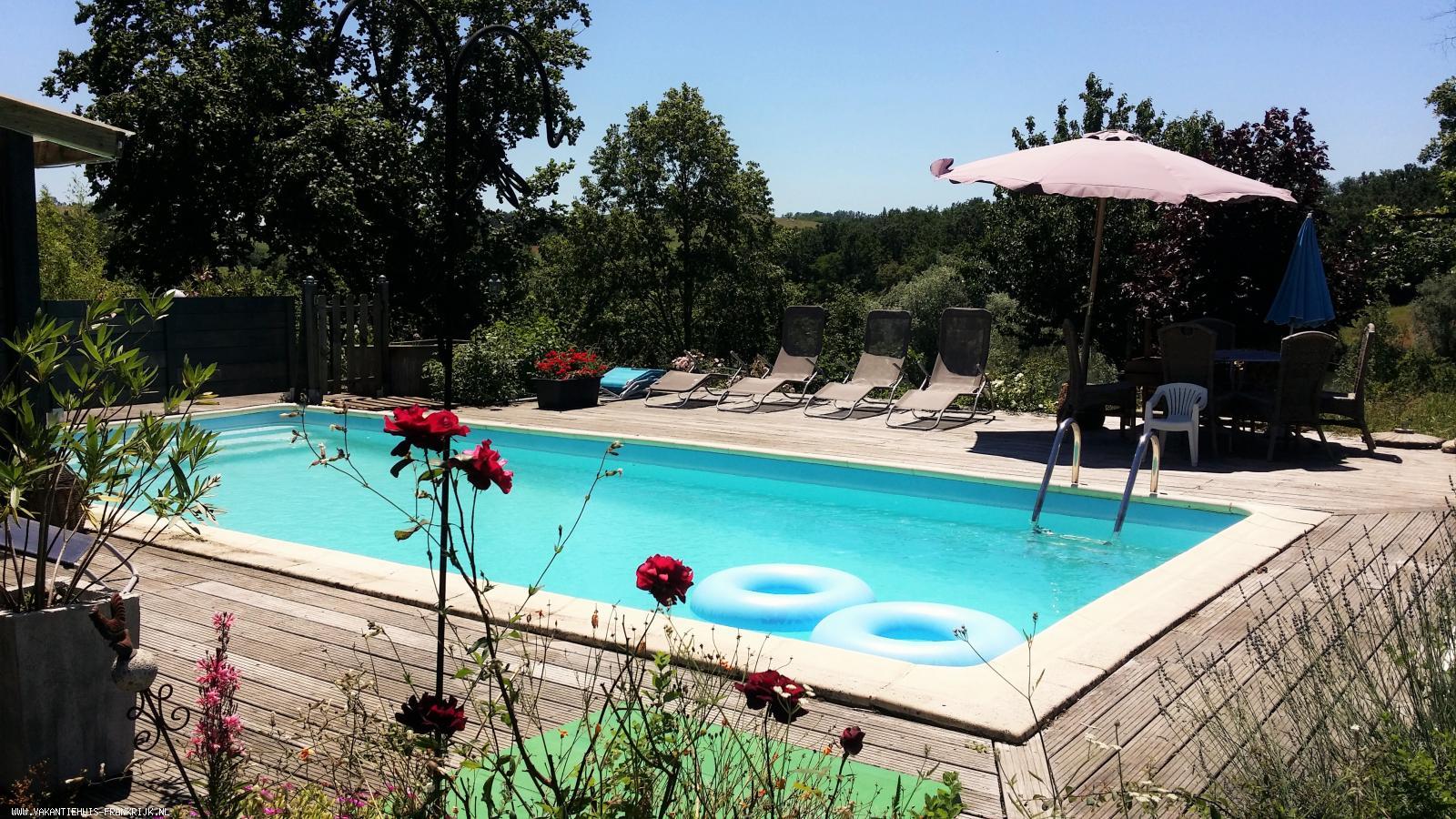 Vakantiehuis: Grote vrijstaande vakantiewoning met zwembad voor maximaal 6 personen midden in een natuurgebied, grenzend aan een privé meer te huur voor uw vakantie in Lot (Frankrijk)