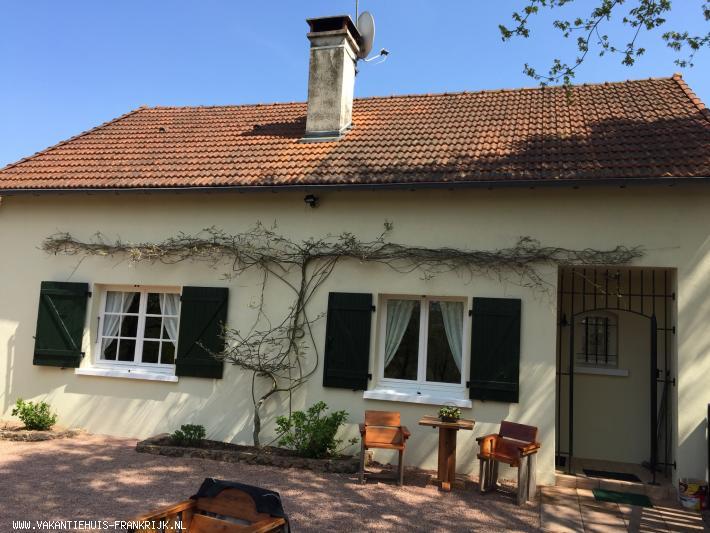 Vakantiehuis: Luxe vrijstaande vakantievilla in rustige omgeving. Ruime tuin met hectare bos te huur voor uw vakantie in Allier (Frankrijk)