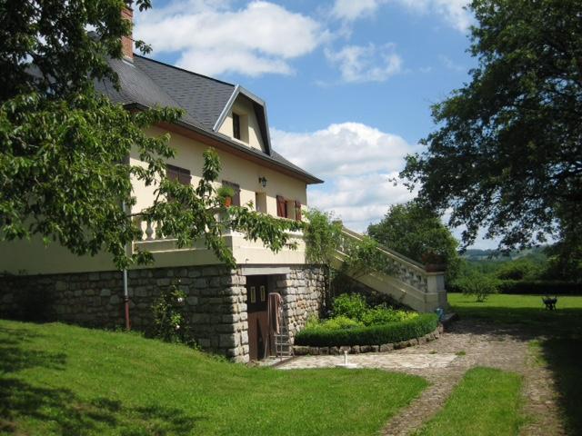 Vakantiehuis: 'Chateautheo', gelegen in midden Frankrijk, is een fantastisch vrijstaand huis, met veel comfort en privacy, voorzien van centrale verwarming. te huur voor uw vakantie in Nievre (Frankrijk)