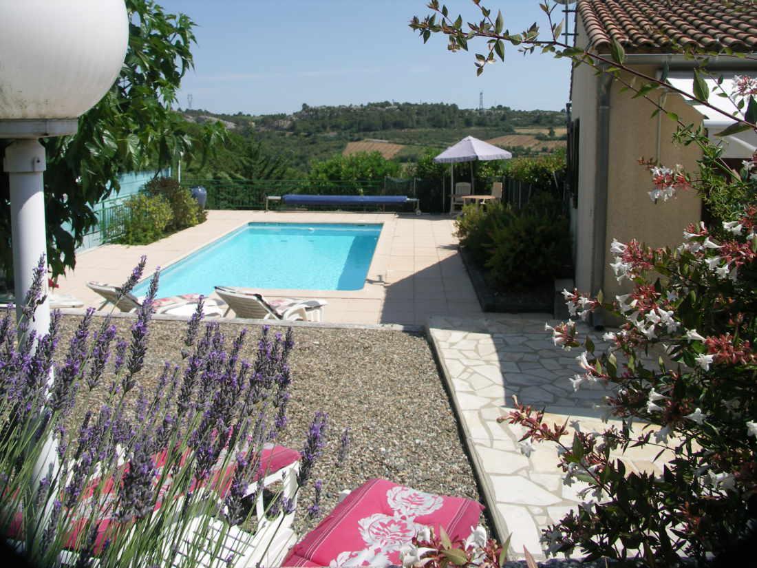 Vakantiehuis: Mooie gelegen 6 persoons villa met verwarmd zwembad, noord- en zuidterras, uitzicht op bosrijke omgeving. te huur voor uw vakantie in Herault (Frankrijk)