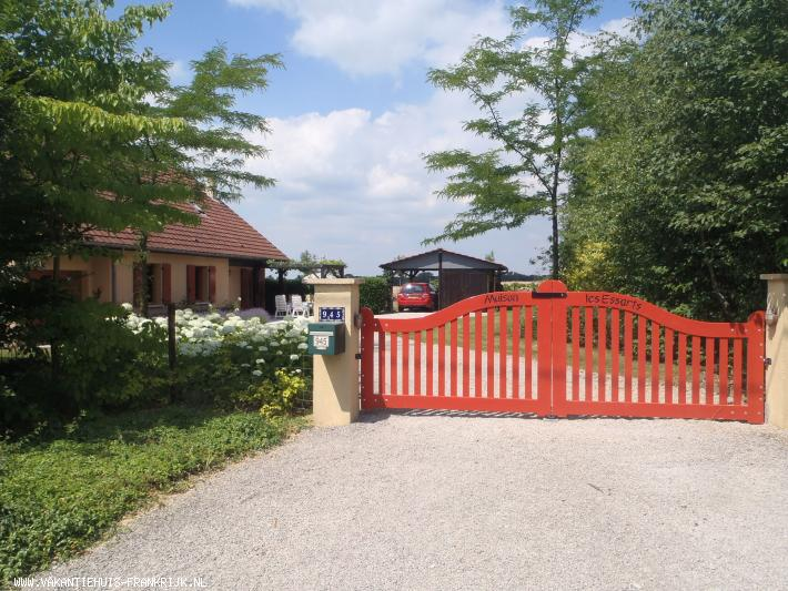 Vakantiehuis: Vakantiehuis in de bourgogne Frontenaud.Maison les Essarts is een nieuw vrijstaand huis met zwembad landelijk gelegen op slechts 3 km van de snelweg te huur voor uw vakantie in Saone et Loire (Frankrijk)