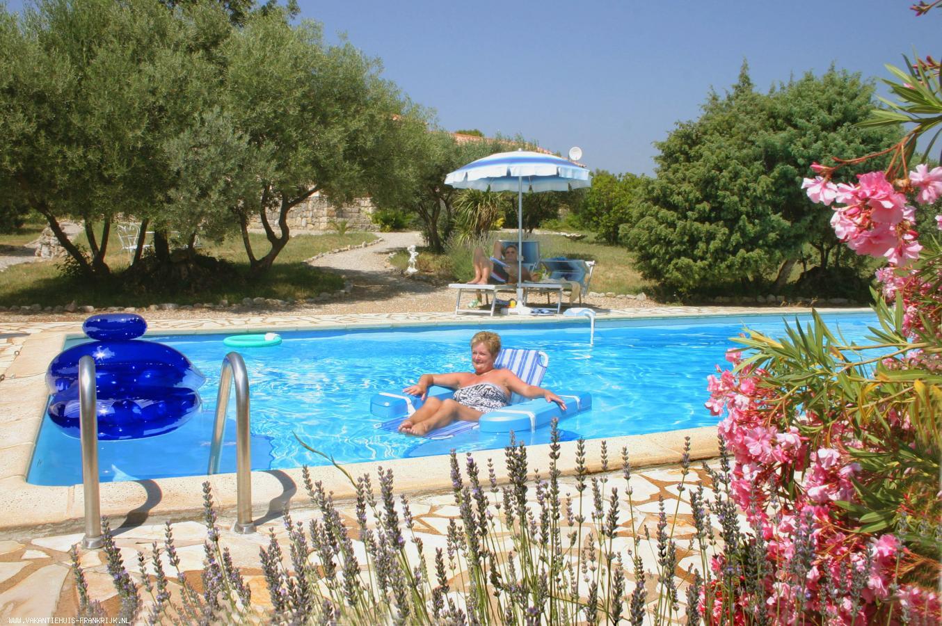 Vakantiehuis: In Provençaalse villa op 5000 tuin, luxe appartement, airco en Wifi, prachtig zwembad met Poolhouse en zomerkeuken, BBQ etc. te huur voor uw vakantie in Var (Frankrijk)