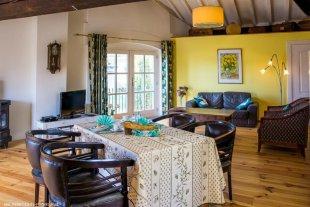 Bon appétit! Gezellige eetkamer tafel met comfortabele eetkamer stoelen in de loft