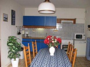 De keuken Volledig ingerichte keuken, koelkast, magnetron, afwasmachine, gasoven