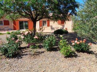 tuin met villa op achtergrond