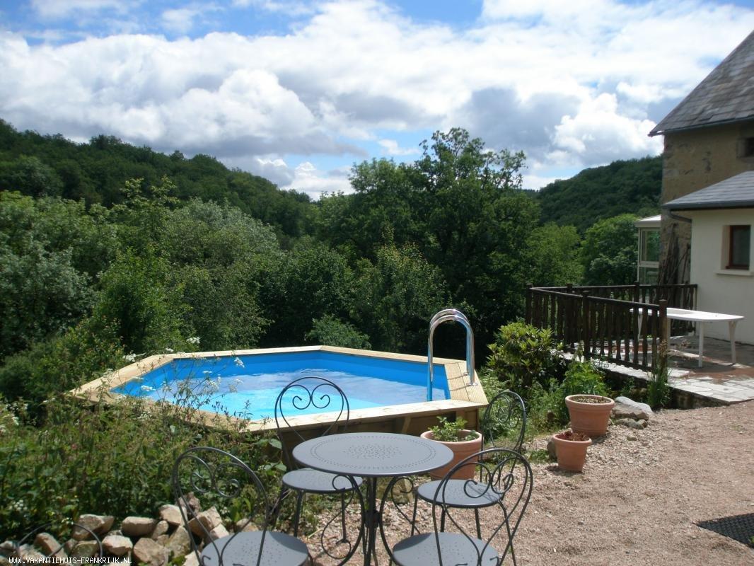 Vakantiehuis: SFEERVOLLE GITE MIDDEN IN FRAAIE NATUUR, MET ORIGINELE FINSE SAUNA EN ZWEM- DOMPELBAD. te huur voor uw vakantie in Puy de Dome (Frankrijk)