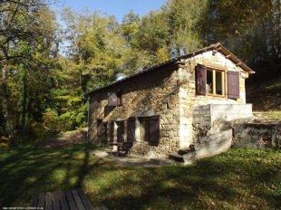 Huis in de herfst ochtendzon <br>De tuin heeft schaduwrijke bomen. Er is een terras voor het huis en een zonneterras via de trapjes naast het huis.