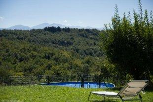 Vanaf het zwembad heb je prachtig uitzicht op de bergen