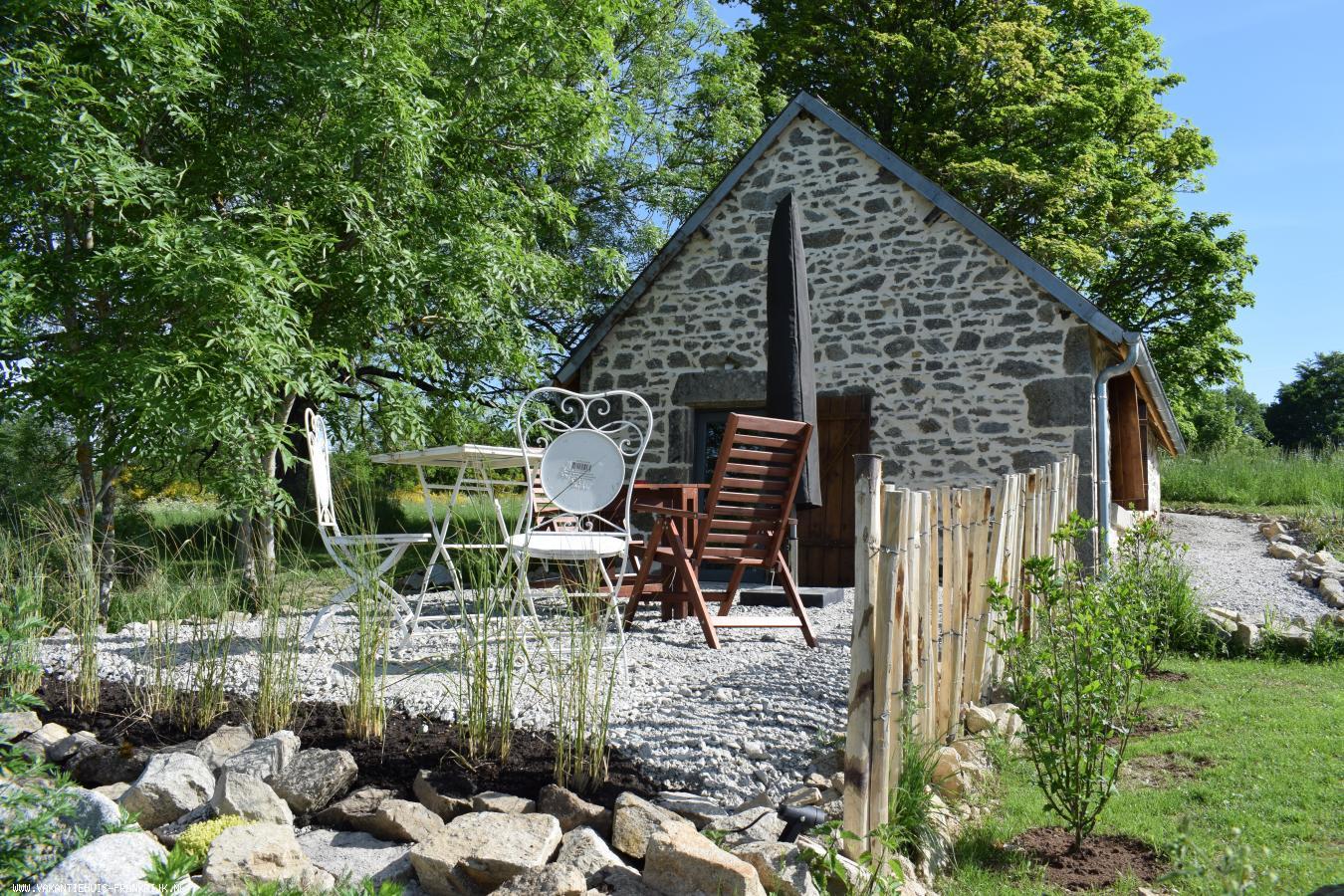 Vakantiehuis: Romantisch kunstenaarshuisje geschikt voor 2 personen. Vrij gelegen en volop Privacy te huur voor uw vakantie in Puy de Dome (Frankrijk)