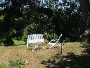 Het tuinzitje aan de achterzijde Ook aan de voorkant van de gîte is een zitgelegenheid