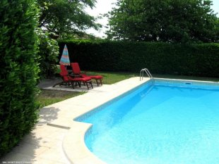 zwembad met ligstoelen romansteps