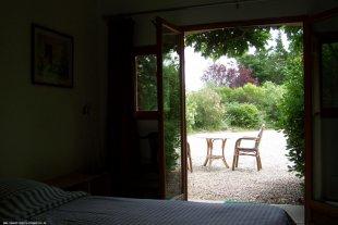 Vanuit de slaapkamer zicht op de tuin