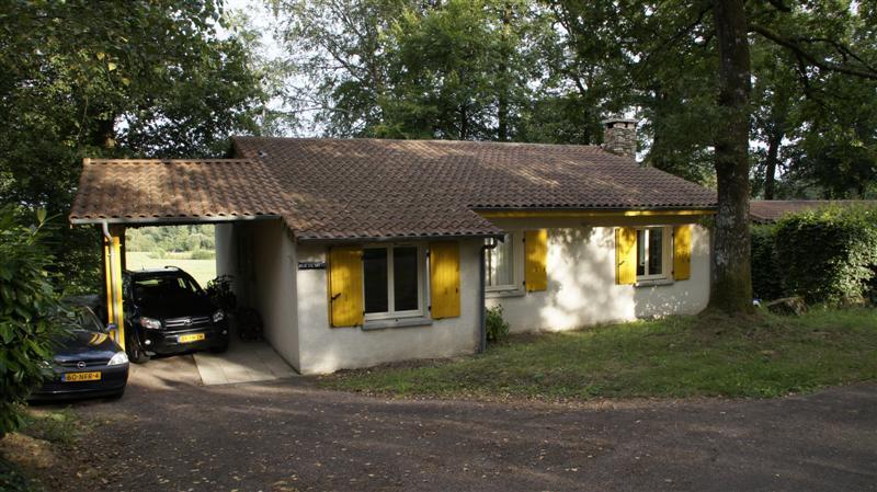 Vakantiehuis: bungalow (eigenterrein) naast kleine chateau-camping (150 pl.) met alle faciliteiten: meerdere zwembaden, tennis, restaurants, midget golf, animatie.. te huur voor uw vakantie in Dordogne (Frankrijk)