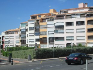 Het creme kleurige penthouse daarboven in het midden